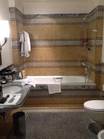 Hotel De Russie: more of bath 308