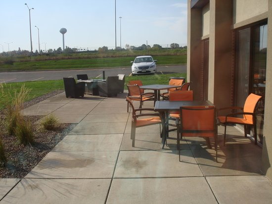 Hampton Inn Brookfield : outdoor seating area