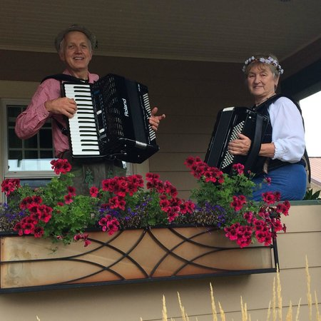 Bronze Antler Bed & Breakfast: Accordion players on the Bronze Antler porch at Alpenfest