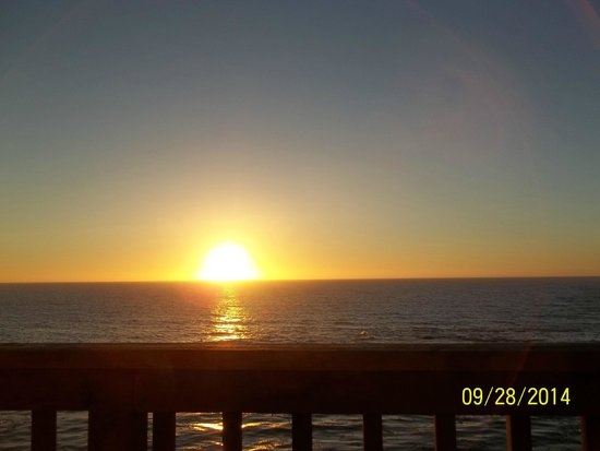 Clarion Inn Surfrider Resort : Balcony view of the sunset