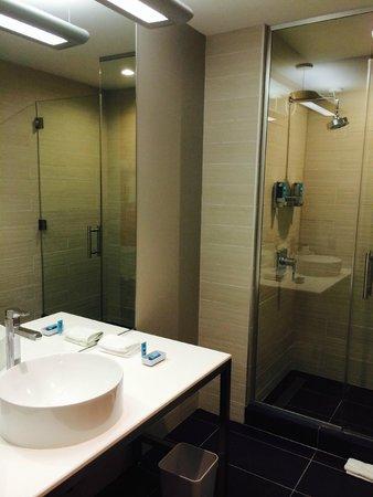 Aloft Tampa Downtown: Bathroom - all new modern fixtures