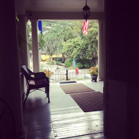 Cannonboro Inn: Breakfast View from the Porch