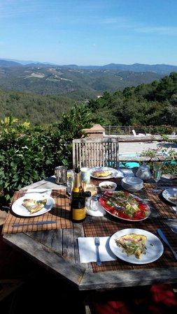 Agriturismo Piaggione di Serravalle: Lunch on deck over looking pool and Chianti hills