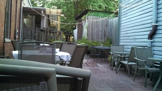 Mad Platter Restaurant & Catering: The Mad Platter's Courtyard Dining