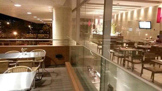 Ibis Medellin: Restaurant y terraza