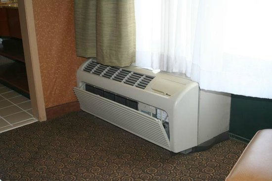 Holiday Inn Bolingbrook: broken a/c cover