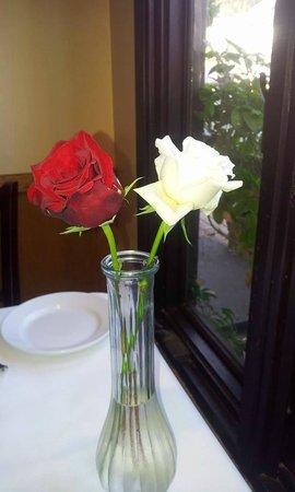 Madeline's Restaurant: Fresh flowers on every table