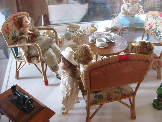 Foto de museo del juguete trujillo mu ecas de tela y - Sillones de epoca ...
