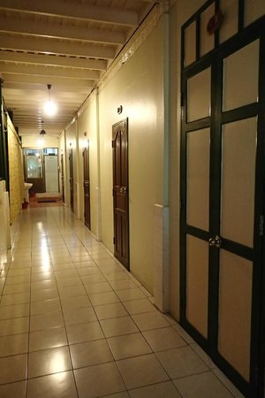 Sam Sen Sam Place: Hall way to the room