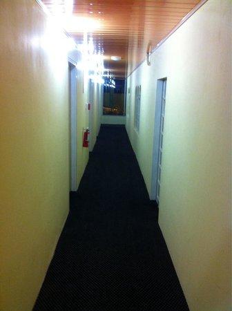 Airport Suites Hotel: Hallway