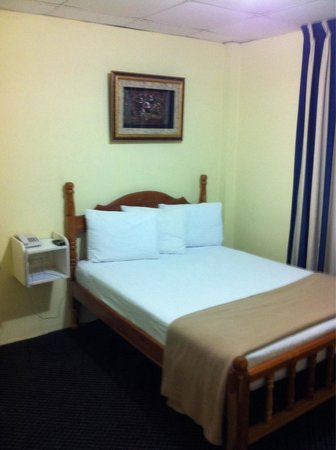 Airport Suites Hotel: Room