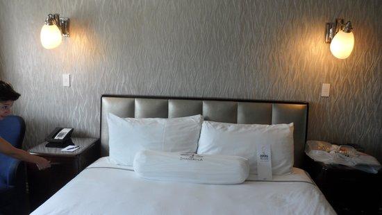Hotel Shangri-La Santa Monica: King Bed