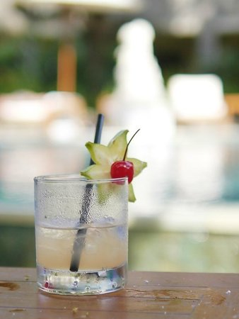 Adhi Jaya Hotel : welcome drink by the pool