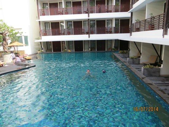 صن أيلاند هوتل كوتا: Sun Island Kuta pool and rooms