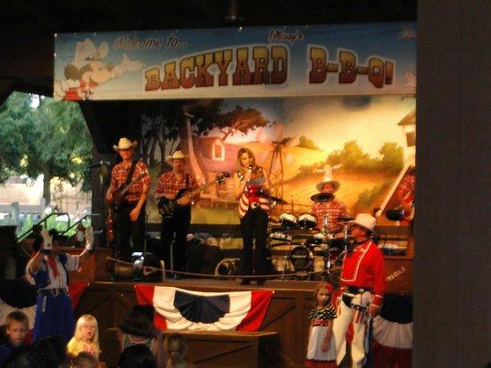 Mickey Backyard Bbq palco com a banda - picture of mickey's backyard bbq, orlando