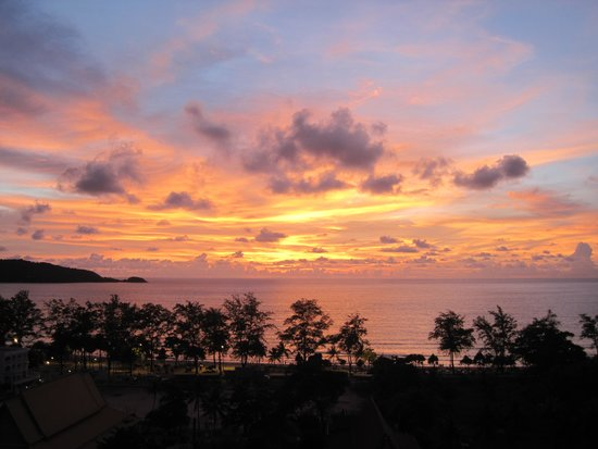 Andaman Beach Suites Hotel: Sunset from our balcony