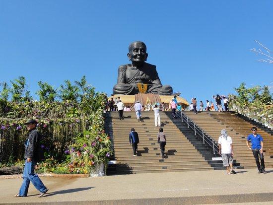 Huay Mongkol Temple: 妙に頭でっかちの仏像