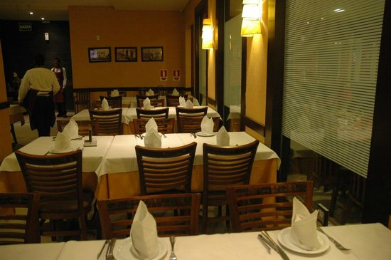 Sal e Brasa Steakhouse Aracaju: Mesas do salao principal