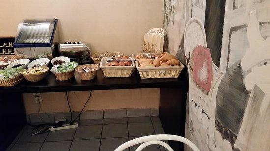New Hotel Candide : Buffet petit déjeuner