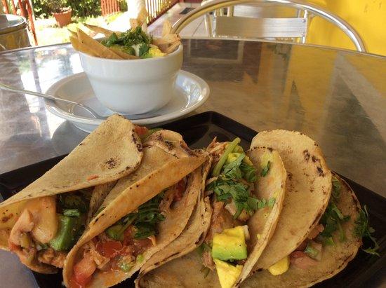 La Cacerola: Tacos de Pollo con Sopa de Tortilla