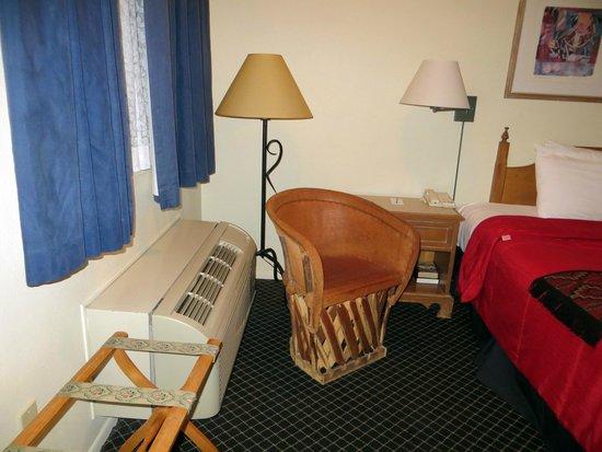 Santa Fe Sage Inn: Simple decor but enough