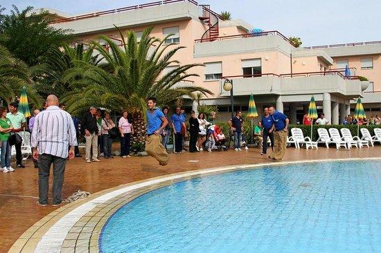 Giochi popolari in piscina - Foto di Residence Hotel Le Terrazze ...