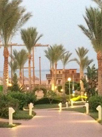 Coral Sea Holiday Village: Garden Evening View Down Towards Pirate Ship
