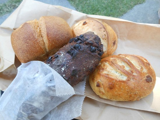 Nagasaki Seaside Park: 某パン屋さんで買ったパンを持ってピクニック