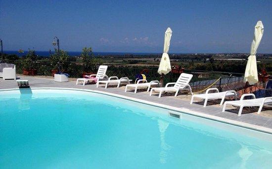 Bordo piscina con panorama sul mare di agropoli picture for Piscina rosa dei venti