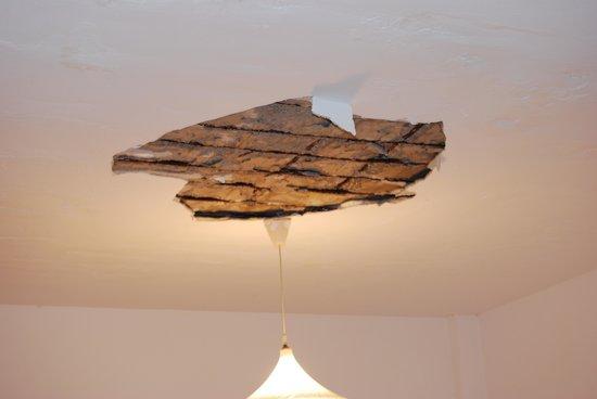 Maritsa Studios: e cade il soffitto sul letto