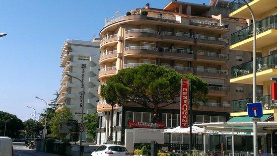 Hotel & Spa Beverly Park : На первом плане - дополнительный корпус, за ним - основной