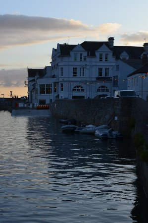 The Ship and Castle Hotel: The Ship and Castle at dusk !