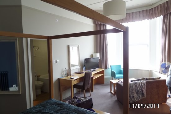 Bay Grand Hotel: Superior Room with 4 poster bed.