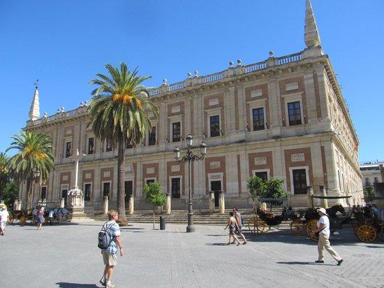 Archivo General de Indias: Simple symmetrical building