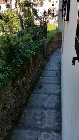 Hotel Rufolo: Street view from bedroom window