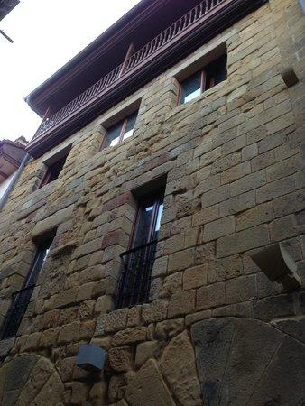 Saiaz Getaria Hotel: А это вид с улицы на наши окна.