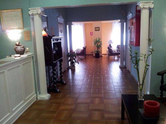 Hostal Valls: Hall de entrada con el salón al fondo.