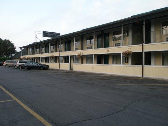 Americas Best Value Inn Plattsburgh: Hotel outside