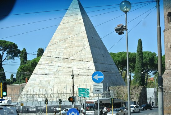 Rome Connection Private Tours : The Pyramind in Rome