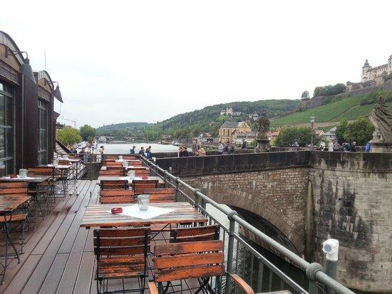 Alte Mainmühle: вид с летней веранды. Шел дождь, поэтому столики свободны
