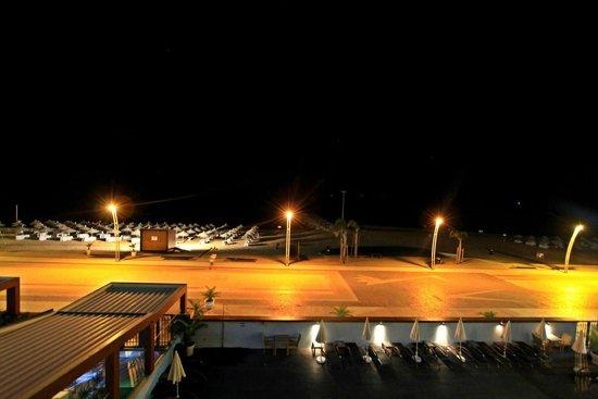 Dom José Beach Hotel: Zimmeraussicht in der Nacht