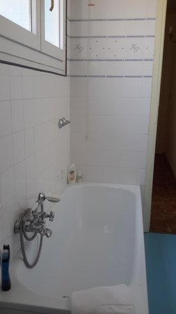 Palace Hotel : Bath with no shower!