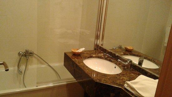 Santa Rosa Hotel : este es el baño y no lo que yo vi por internet.