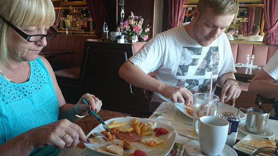 Orient Express Restaurant: Breakfast - with chips!