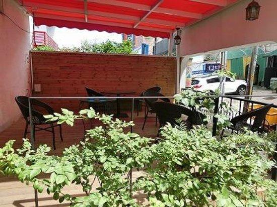 Hotel Biz Jongno Insadong: 入口喫煙場所兼オープンスペース