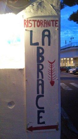 La Brace : 店の看板。ここから屋外階段を上がります。