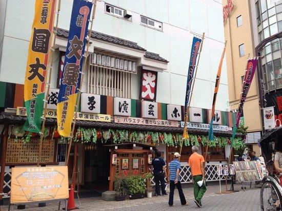 Asakusa Engei Hall: 浅草演芸ホール前