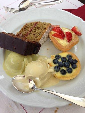 Hotel Aqua Bad Cortina: Dolci a buffet il giorno della grigliata in giardino