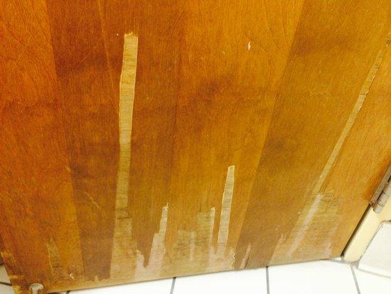 Holiday Inn Pigeon Forge: Bathroom Door Splintered