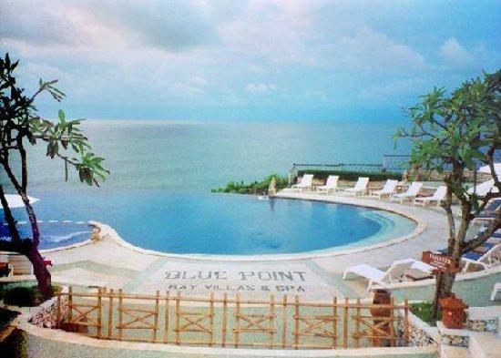 Blue Point Bay Villas & Spa: piscine et vue de l'hôtel